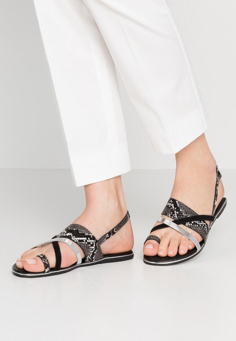 Dorothy Perkins - FANGS - Sandály s odděleným palcem - black