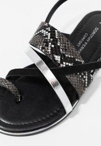 Dorothy Perkins - FANGS - Sandály s odděleným palcem - black - 2