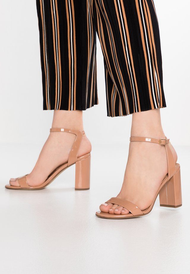 SHIMMER BLOCK - Korolliset sandaalit - nude
