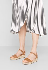Dorothy Perkins - RHIANNON 2 PART FLATFORM - Platform sandals - tan - 0