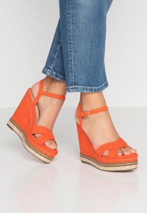 ROSIE CROSS OVER WEDGE - High Heel Sandalette - orange