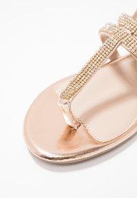 Dorothy Perkins - FARAWAY T-BAR TOEPOST - Sandály s odděleným palcem - rose-gold - 2