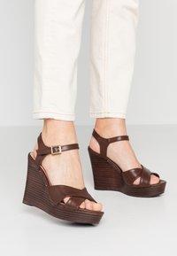 Dorothy Perkins - RADICAL STACKED 70S WEDGE - Sandály na vysokém podpatku - chocolate - 0