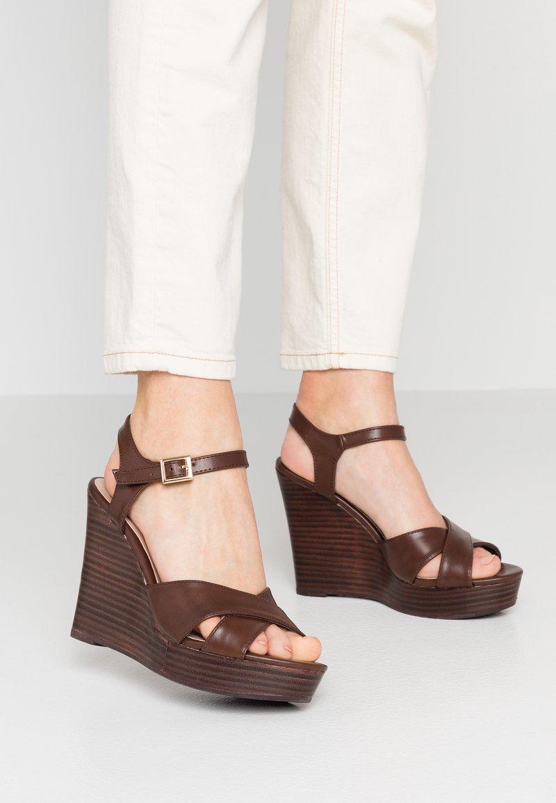 Dorothy Perkins - RADICAL STACKED 70S WEDGE - High Heel Sandalette - chocolate