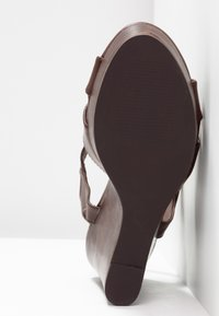Dorothy Perkins - RADICAL STACKED 70S WEDGE - Sandály na vysokém podpatku - chocolate - 6