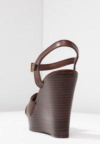 Dorothy Perkins - RADICAL STACKED 70S WEDGE - Sandály na vysokém podpatku - chocolate - 5