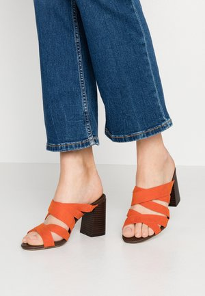 SOOKIE MULTISTRAP MULE STACKED HEEL - Sandalias - orange