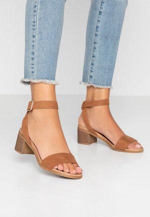 BARLEY COMFORT FOOTBED STACK HEEL - Sandaler - tan