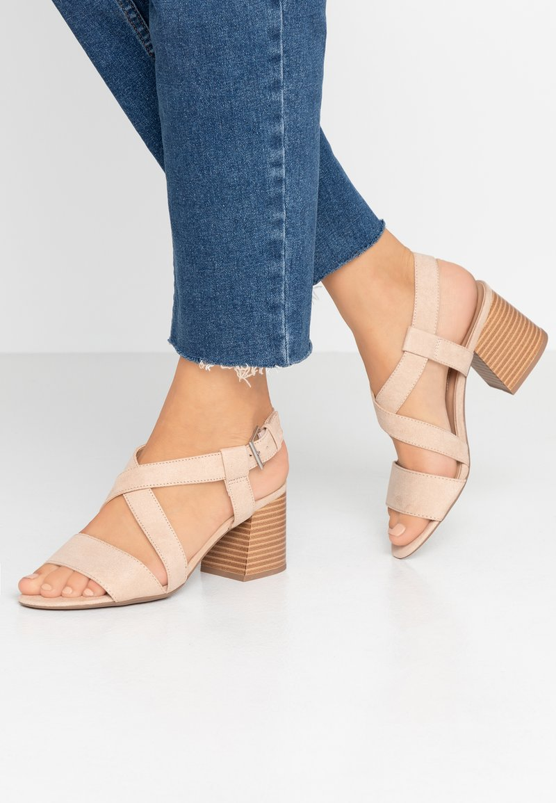 Dorothy Perkins - BEAMER BEAN EASY CROSS OVER STACK HEEL - Sandály - nude