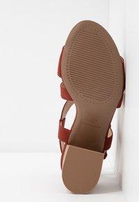 Dorothy Perkins - BEAMER BEAN EASY CROSS OVER STACK HEEL - Sandales - brown - 6
