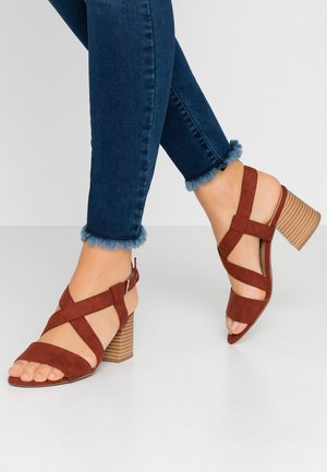 BEAMER BEAN EASY CROSS OVER STACK HEEL - Sandalias - brown