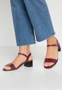 Dorothy Perkins - BRIGHT SQUARE TOE BLOCK HEEL - Sandali - burgundy - 0