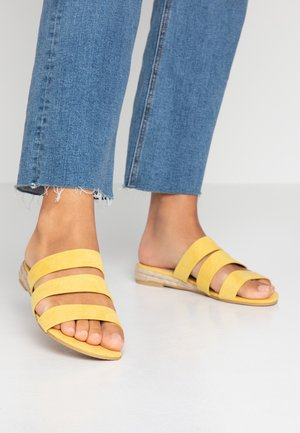 FOREVER TRIPLE STRAP MINI WEDGE - Mules - yellow