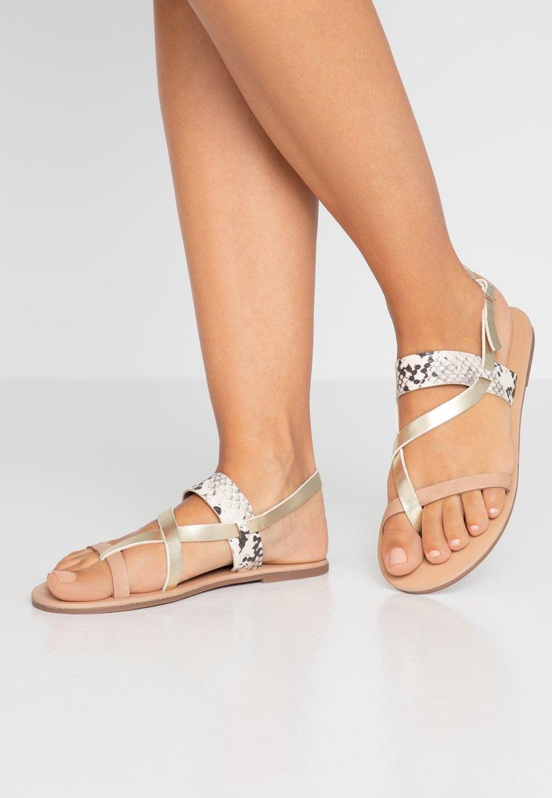 Dorothy Perkins - FABIENNE TRIPLE STRAP GLAD T-BAR - Sandály s odděleným palcem - metallic