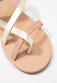 Dorothy Perkins - FABIENNE TRIPLE STRAP GLAD T-BAR - Sandály s odděleným palcem - metallic - 2