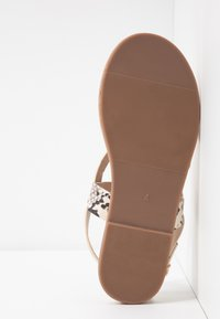 Dorothy Perkins - FABIENNE TRIPLE STRAP GLAD T-BAR - Sandály s odděleným palcem - metallic - 6