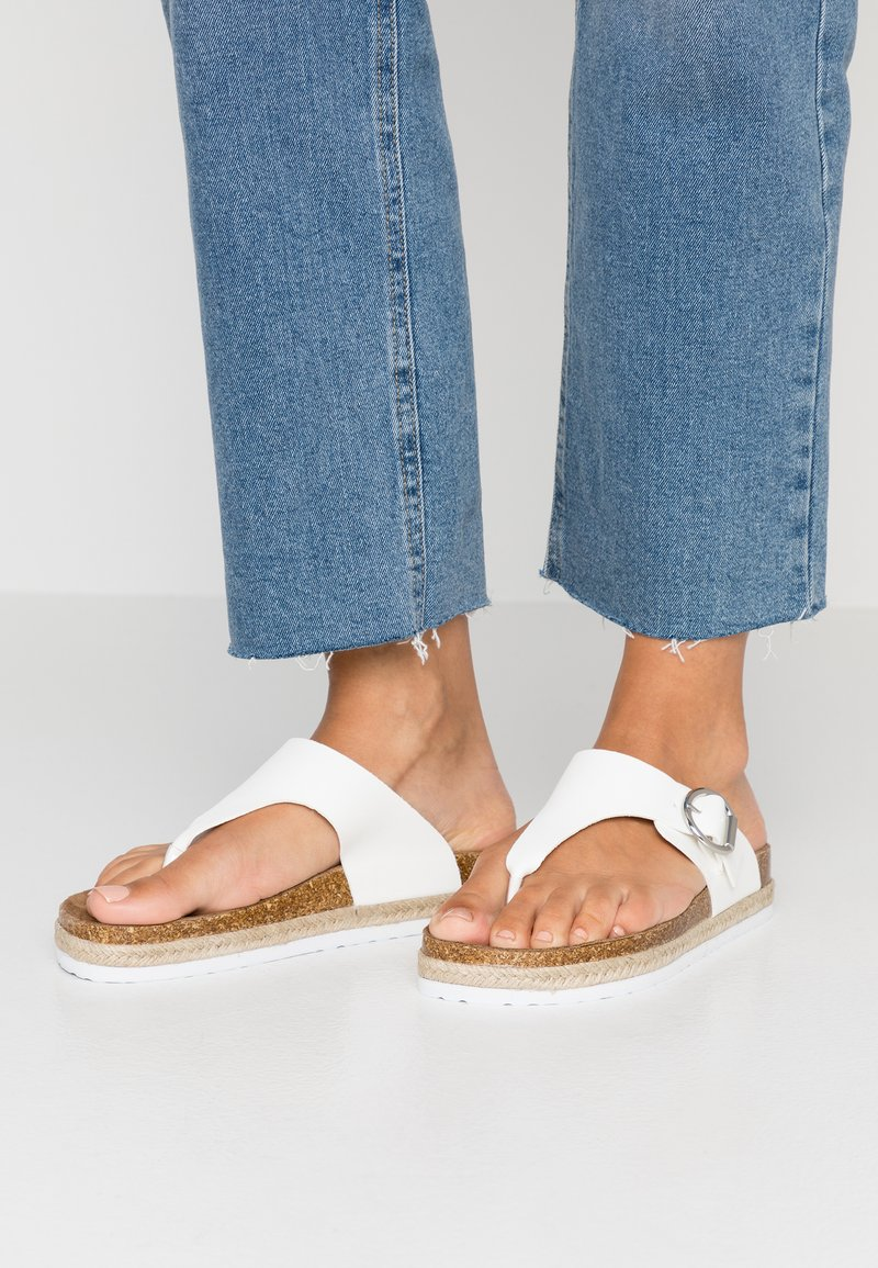 Dorothy Perkins - FABLE FOOTBED TOE POST - Sandály s odděleným palcem - white