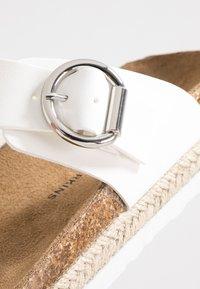 Dorothy Perkins - FABLE FOOTBED TOE POST - Sandály s odděleným palcem - white - 2