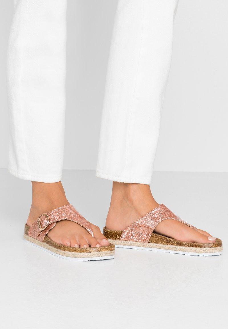 Dorothy Perkins - FABLE FOOTBED TOE POST - Teensandalen - rose gold glitter