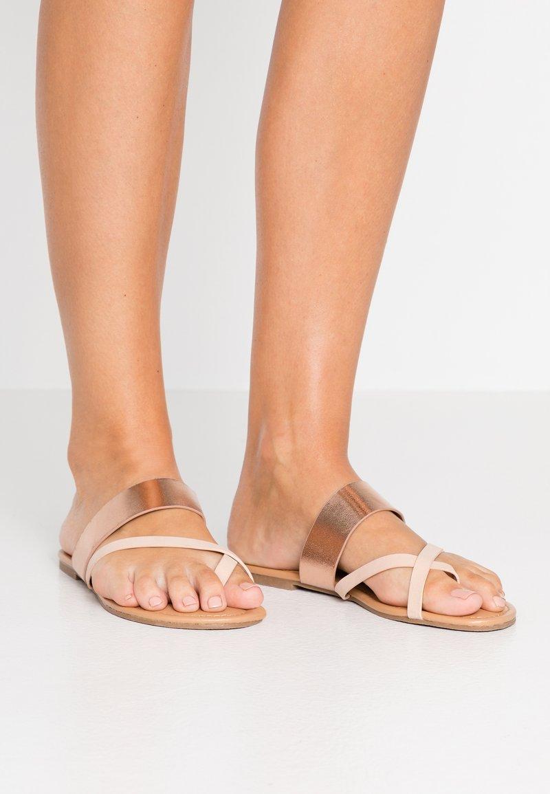 Dorothy Perkins - FANTASY TOELOOP MULE - Sandály s odděleným palcem - gold