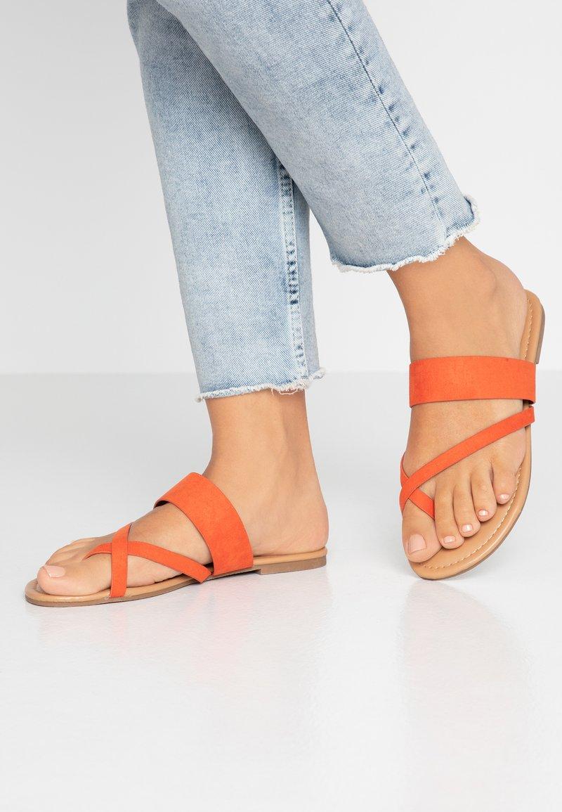 Dorothy Perkins - FANTASY TOELOOP MULE - Sandály s odděleným palcem - orange