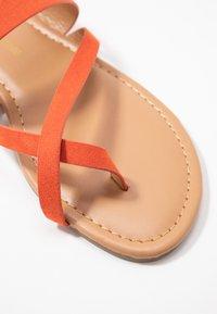 Dorothy Perkins - FANTASY TOELOOP MULE - Sandály s odděleným palcem - orange - 2