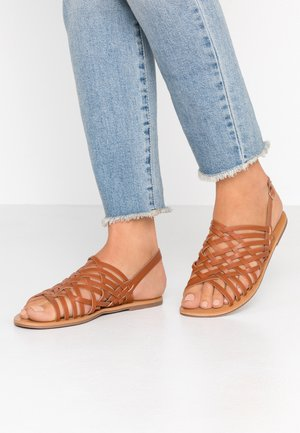 FISHER WOVEN SLIDE - Sandales - tan
