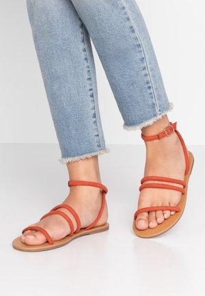 TUBULAR - Sandaalit nilkkaremmillä - rust