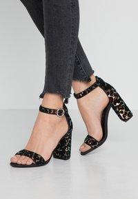 Dorothy Perkins - SHIMSHAM - Korolliset sandaalit - multicolor - 0