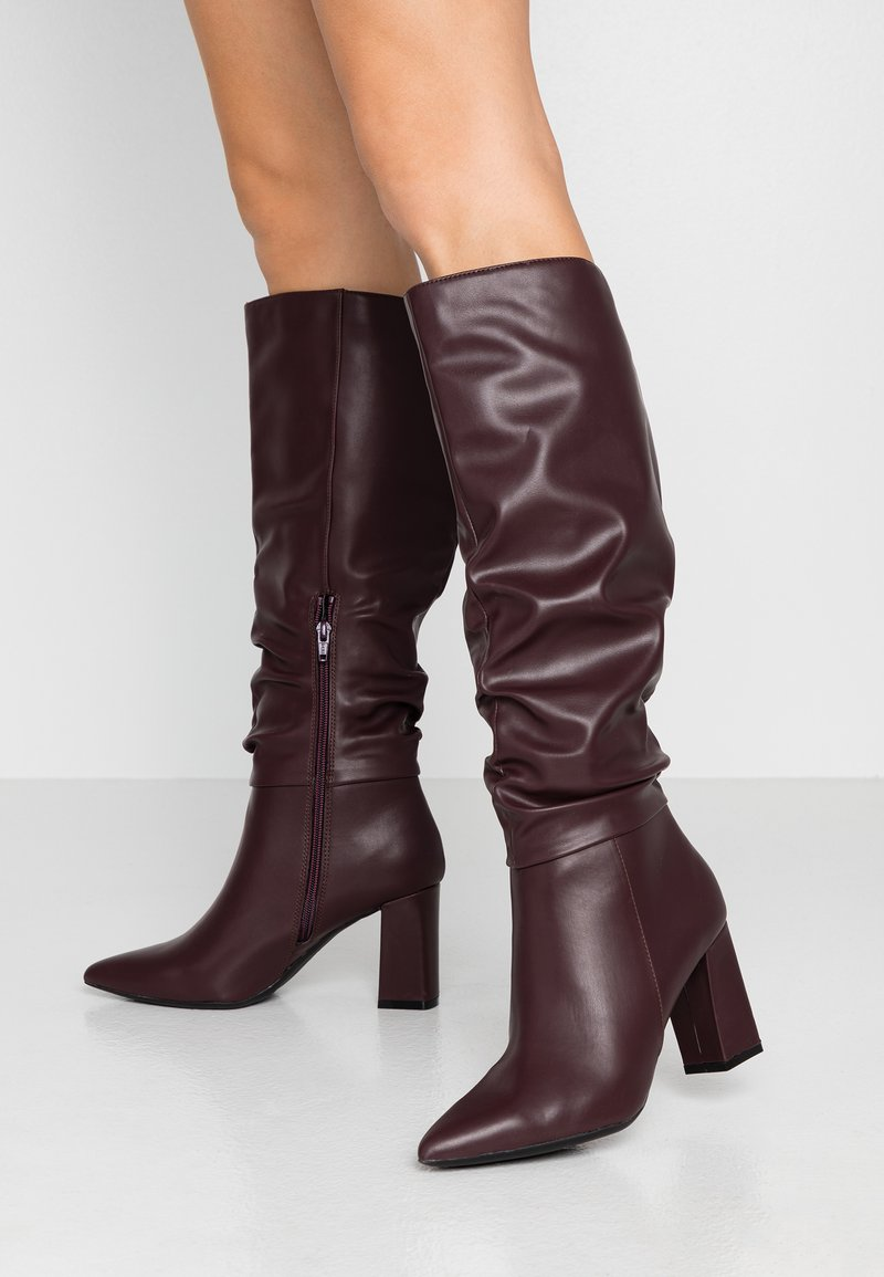 Dorothy Perkins - KHLOE POINT RUCHE LONG PULL ON - Boots med høye hæler - burg