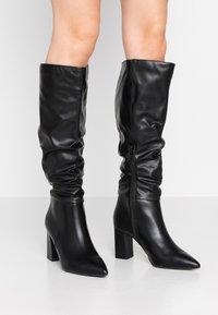 Dorothy Perkins - KHLOE POINT RUCHE LONG PULL ON - Boots med høye hæler - black - 0
