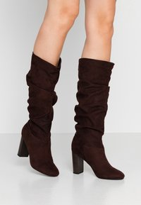 Dorothy Perkins - KISS PULL ON BOOT - Boots med høye hæler - chocolate - 0