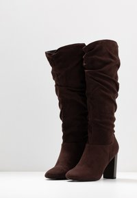 Dorothy Perkins - KISS PULL ON BOOT - Boots med høye hæler - chocolate - 4