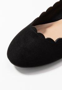 Dorothy Perkins - PALET SCALLOP ROUND TOE - Baleríny - black - 2