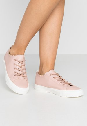 ISABELLA SCALLOP TRAINER - Zapatillas - pink