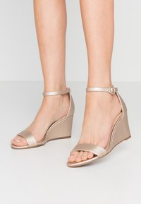 Dorothy Perkins - RAMONA SINGLE SOLE WEDGE - Wedge sandals - gold - 0