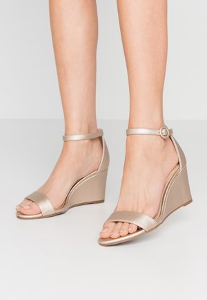 RAMONA SINGLE SOLE WEDGE - Sandály na klínu - gold