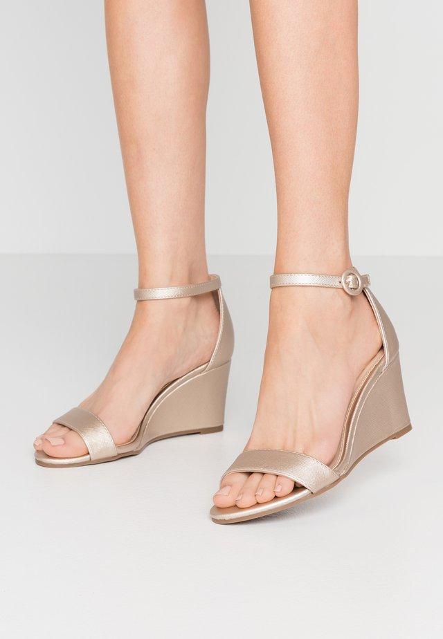 RAMONA SINGLE SOLE WEDGE - Sandały na koturnie - gold