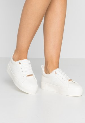 LOLA SKYE LUCKY SIDE FLATFORM TRAINER - Joggesko - white