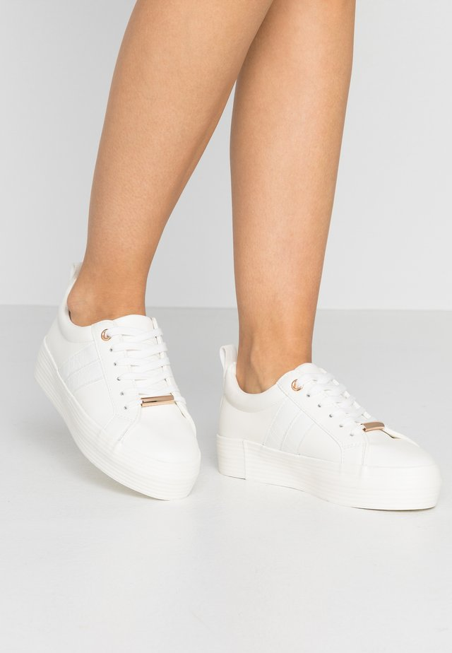 LOLA SKYE LUCKY SIDE FLATFORM TRAINER - Matalavartiset tennarit - white