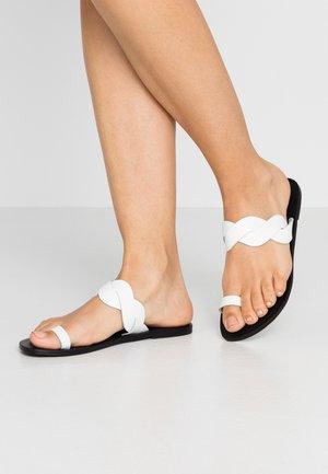 JUMP MONO PLAITED SLIDE - Sandály s odděleným palcem - white