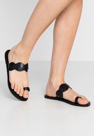 JUMP MONO PLAITED SLIDE - Sandalias de dedo - black