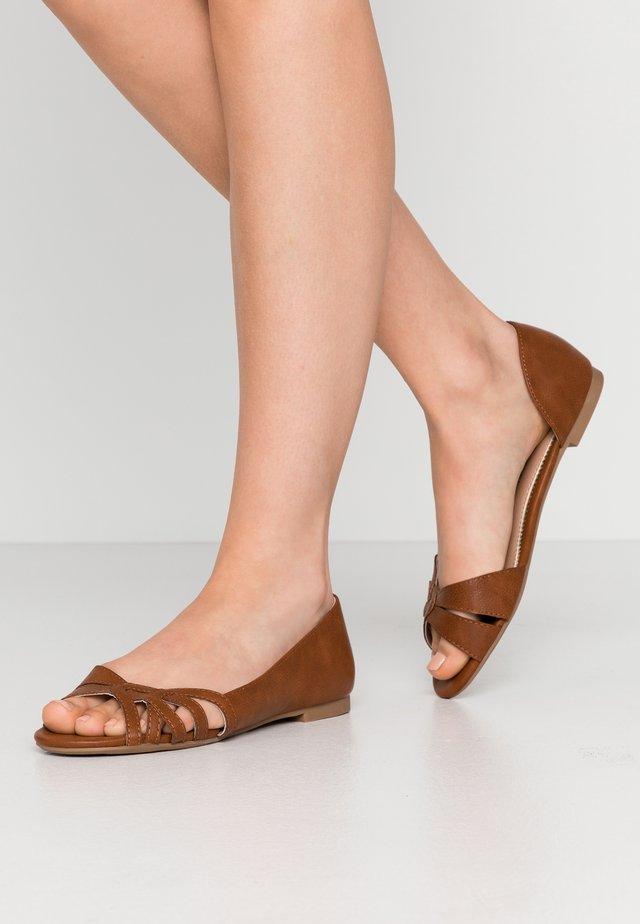 PATRICE D'ORSAY - Ballerina peep-toe - tan