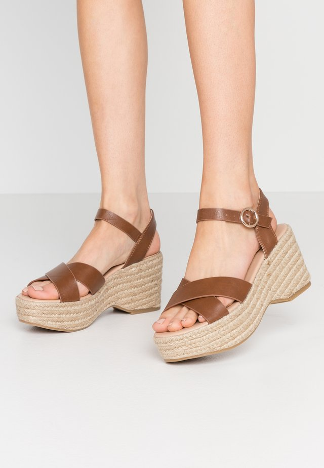 RUMBA MID HEIGHT EASY FLATFORM  - Sandali con tacco - tan