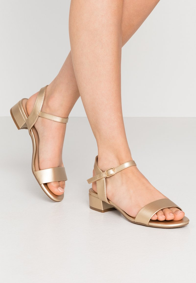 Dorothy Perkins - SPRIGHTLY LOW BLOCK HEEL - Sandály - gold