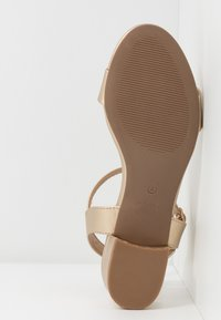 Dorothy Perkins - SPRIGHTLY LOW BLOCK HEEL - Sandály - gold - 6