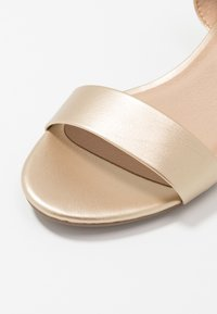 Dorothy Perkins - SPRIGHTLY LOW BLOCK HEEL - Sandály - gold - 2