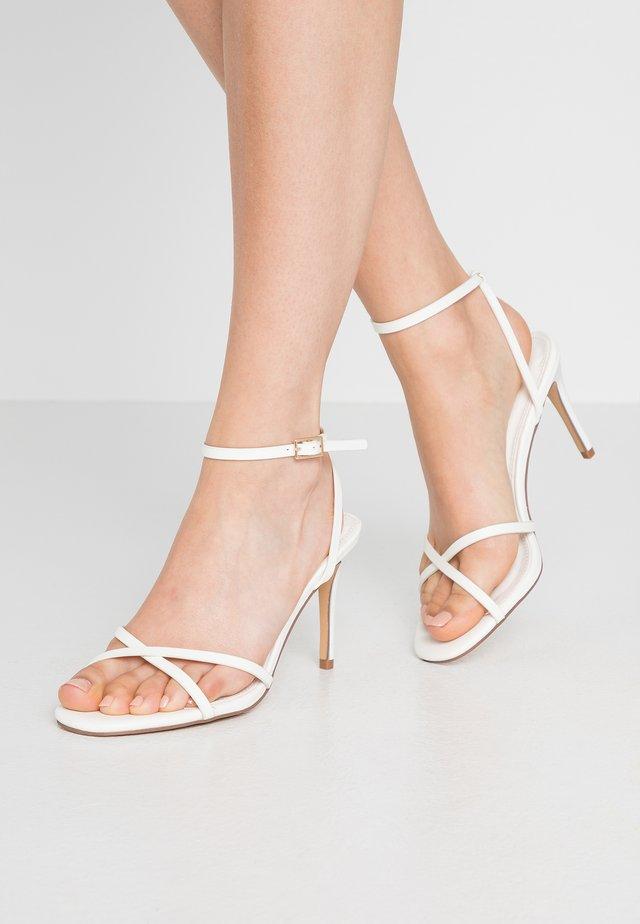 SAFIRA STRIPPY DRENCH ENAMEL - Sandaletter - white