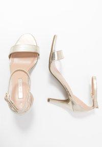 Dorothy Perkins - SIZZLE - Sandaler med høye hæler - gold - 3
