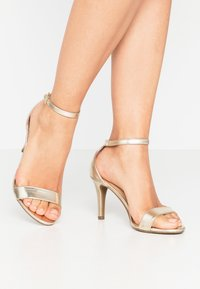 Dorothy Perkins - SIZZLE - Sandaler med høye hæler - gold - 0